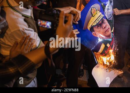 Bangkok, Thaïlande. 04e fév. 2021. Des manifestants ont brûlé la bannière de min Aung Hlaing tout en manifestant contre le coup d'État militaire.les manifestants du Myanmar se sont rassemblés devant l'ambassade du Myanmar à Bangkok. Après que l'armée du Myanmar ait organisé un coup d'État qui a placé le président en détention, Win Myint et aussi le chef de facto, Aung San Suu Kyi. Les manifestants chantent Kabar Ma Kyay BU (adaptation Song of Dust in the wind by Kansas), allument des bougies et saluent avec trois doigts la restauration de la démocratie au Myanmar. (Photo de Varuth Pongsaponwatt/SOPA Images/Sipa USA) crédit: SIPA U.S.A./Alamy Live News