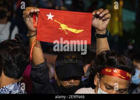 Bangkok, Thaïlande. 4 février 2020. Un manifestant a soulevé le drapeau d'Aung San tout en manifestant contre le coup d'Etat militaire.les manifestants du Myanmar se sont rassemblés devant l'ambassade du Myanmar à Bangkok. Après que l'armée du Myanmar ait organisé un coup d'État qui a placé le président en détention, Win Myint et aussi le chef de facto, Aung San Suu Kyi. Les manifestants chantent Kabar Ma Kyay BU (adaptation Song of Dust in the wind by Kansas), allument des bougies et saluent avec trois doigts la restauration de la démocratie au Myanmar. Credit: Varuth Pongsaponwatt/SOPA Images/ZUMA Wire/Alay Live News