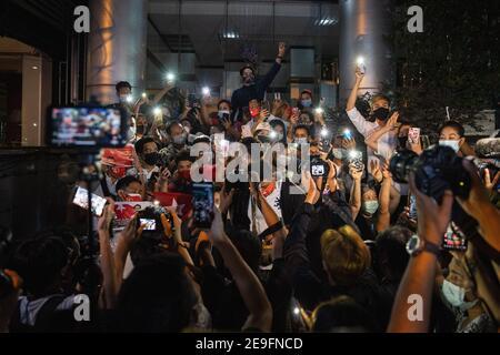Bangkok, Thaïlande. 4 février 2020. Les manifestants se sont mis en quatre pour saluer les trois doigts tout en manifestant contre le coup d'État militaire.les manifestants du Myanmar se sont rassemblés devant l'ambassade du Myanmar à Bangkok. Après que l'armée du Myanmar ait organisé un coup d'État qui a placé le président en détention, Win Myint et aussi le chef de facto, Aung San Suu Kyi. Les manifestants chantent Kabar Ma Kyay BU (adaptation Song of Dust in the wind by Kansas), allument des bougies et saluent avec trois doigts la restauration de la démocratie au Myanmar. Credit: Varuth Pongsaponwatt/SOPA Images/ZUMA Wire/Alay Live News