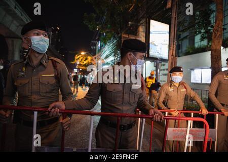 Bangkok, Thaïlande. 4 février 2020. La police thaïlandaise crée des barricades Ambassade du Myanmar pendant la manifestation contre le coup d'Etat militaire.des manifestants du Myanmar se sont rassemblés devant l'Ambassade du Myanmar à Bangkok. Après que l'armée du Myanmar ait organisé un coup d'État qui a placé le président en détention, Win Myint et aussi le chef de facto, Aung San Suu Kyi. Les manifestants chantent Kabar Ma Kyay BU (adaptation Song of Dust in the wind by Kansas), allument des bougies et saluent avec trois doigts la restauration de la démocratie au Myanmar. Credit: Varuth Pongsaponwatt/SOPA Images/ZUMA Wire/Alay Live News