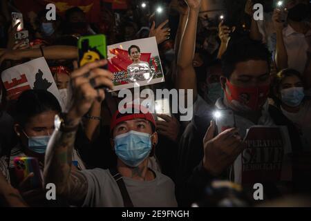 Bangkok, Thaïlande. 4 février 2020. Un manifestant tenant un portrait d'Aung San Suu Kyi tout en manifestant contre le coup d'État militaire.les manifestants du Myanmar se sont rassemblés devant l'ambassade du Myanmar à Bangkok. Après que l'armée du Myanmar ait organisé un coup d'État qui a placé le président en détention, Win Myint et aussi le chef de facto, Aung San Suu Kyi. Les manifestants chantent Kabar Ma Kyay BU (adaptation Song of Dust in the wind by Kansas), allument des bougies et saluent avec trois doigts la restauration de la démocratie au Myanmar. Credit: Varuth Pongsaponwatt/SOPA Images/ZUMA Wire/Alay Live News