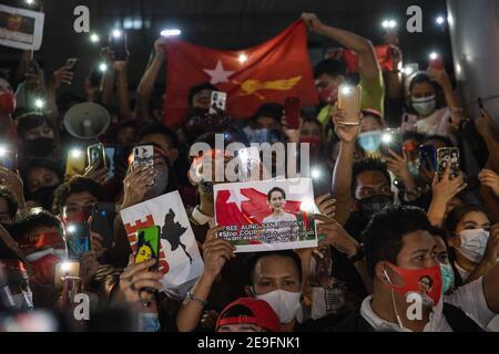 Bangkok, Thaïlande. 4 février 2020. Un manifestant portant un portrait et un drapeau d'Aung San Suu Kyi tout en manifestant contre le coup d'État militaire.les manifestants du Myanmar se sont rassemblés devant l'ambassade du Myanmar à Bangkok. Après que l'armée du Myanmar ait organisé un coup d'État qui a placé le président en détention, Win Myint et aussi le chef de facto, Aung San Suu Kyi. Les manifestants chantent Kabar Ma Kyay BU (adaptation Song of Dust in the wind by Kansas), allument des bougies et saluent avec trois doigts la restauration de la démocratie au Myanmar. Credit: Varuth Pongsaponwatt/SOPA Images/ZUMA Wire/Alay Live News