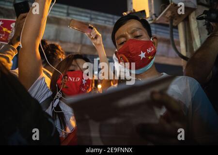 Bangkok, Thaïlande. 4 février 2020. Des manifestants chantant les paroles de Kabar Ma Kyay BU (adaptation Song of Dust in the wind by Kansas) tout en manifestant contre le coup d'État militaire.des manifestants du Myanmar se sont rassemblés devant l'ambassade du Myanmar à Bangkok. Après que l'armée du Myanmar ait organisé un coup d'État qui a placé le président en détention, Win Myint et aussi le chef de facto, Aung San Suu Kyi. Les manifestants chantent Kabar Ma Kyay BU (adaptation Song of Dust in the wind by Kansas), allument des bougies et saluent avec trois doigts la restauration de la démocratie au Myanmar. (Image crédit: © Varuth Pongsaponwatt/SOPA Imag