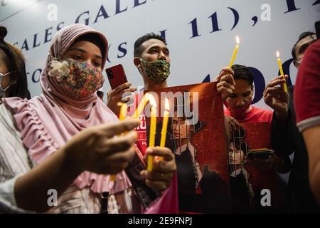 Bangkok, Thaïlande. 4 février 2020. Un manifestant éclaire une bougie manifestant contre le coup d'Etat militaire.les manifestants du Myanmar se sont rassemblés devant l'ambassade du Myanmar à Bangkok. Après que l'armée du Myanmar ait organisé un coup d'État qui a placé le président en détention, Win Myint et aussi le chef de facto, Aung San Suu Kyi. Les manifestants chantent Kabar Ma Kyay BU (adaptation Song of Dust in the wind by Kansas), allument des bougies et saluent avec trois doigts la restauration de la démocratie au Myanmar. Credit: Varuth Pongsaponwatt/SOPA Images/ZUMA Wire/Alay Live News