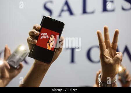 Bangkok, Thaïlande. 4 février 2020. Un téléphone portable avec trois doigts saluant, manifestant contre le coup d'Etat militaire.les manifestants du Myanmar se sont rassemblés devant l'ambassade du Myanmar à Bangkok. Après que l'armée du Myanmar ait organisé un coup d'État qui a placé le président en détention, Win Myint et aussi le chef de facto, Aung San Suu Kyi. Les manifestants chantent Kabar Ma Kyay BU (adaptation Song of Dust in the wind by Kansas), allument des bougies et saluent avec trois doigts la restauration de la démocratie au Myanmar. Credit: Varuth Pongsaponwatt/SOPA Images/ZUMA Wire/Alay Live News