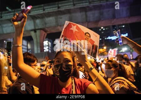 Bangkok, Thaïlande. 4 février 2020. Un manifestant portant le portrait d'Aung San Suu Kyi, manifestant contre le coup d'État militaire.les manifestants du Myanmar se sont rassemblés devant l'ambassade du Myanmar à Bangkok. Après que l'armée du Myanmar ait organisé un coup d'État qui a placé le président en détention, Win Myint et aussi le chef de facto, Aung San Suu Kyi. Les manifestants chantent Kabar Ma Kyay BU (adaptation Song of Dust in the wind by Kansas), allument des bougies et saluent avec trois doigts la restauration de la démocratie au Myanmar. Credit: Varuth Pongsaponwatt/SOPA Images/ZUMA Wire/Alay Live News