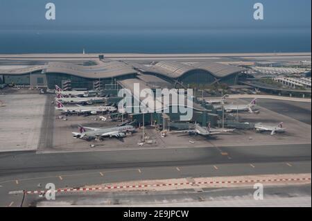 05.06.2019, Doha, Qatar, Asie - vue aérienne du nouveau terminal avec les avions passagers de Qatar Airways garés à l'aéroport international de Hamad.
