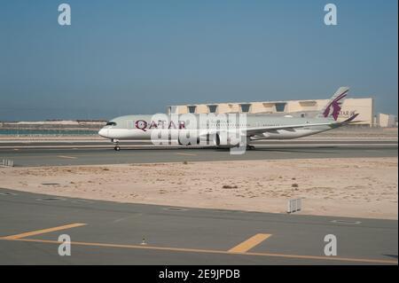 05.06.2019, Doha, Qatar, Asie - un Airbus A350-1000 Qatar Airways a des avions de passagers qui desservent la piste de l'aéroport international d'Hamad.