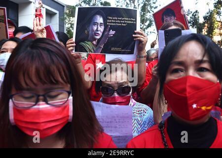Des membres de la communauté birmane à Taipei protestent contre le coup d'État militaire du Myanmar à Little Burma, qui abrite de nombreux immigrants birmans de Taïwan, à Taipei, Taïwan, le 6 février 2021. REUTERS/Ann Wang