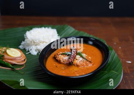 Curry de poisson indien avec riz servi sur la feuille de banane,