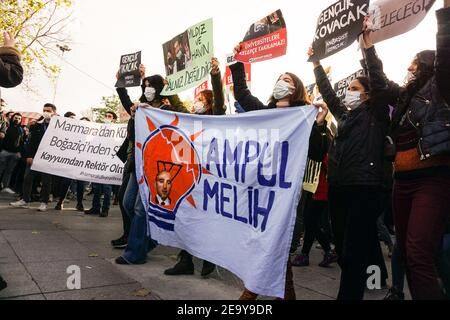 Des manifestants brandissant des pancartes et des banderoles exprimant leur opinion pendant la manifestation.des étudiants de l'Université Bo?aziçi protestent contre le recteur nommé par le gouvernement, Melih Bulu. (Photo par Ibrahim Oner / SOPA Images/Sipa USA)