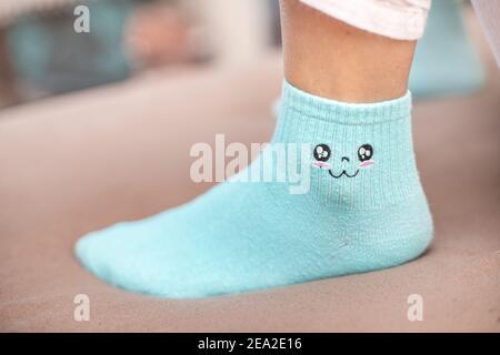 Chaussettes souriantes et amusantes. Le concept de créativité et la jeune génération à la mode Banque D'Images