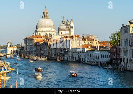Magnifique paysage vénitien au coucher du soleil, avec vue sur le Grand Canal et les dômes de Santa Maria della Salute, Venise, Italie
