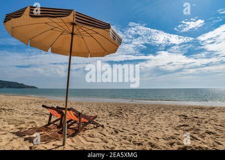 Plage été Voyage concept de vacances avec chaise parasol sable blanc plage bleu ciel et mer eau océan Banque D'Images
