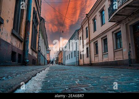 Chaussée pavée. Rue de la vieille ville de Vyborg. Vue sur le coucher du soleil.