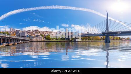 Ponts d'Istanbul et Tour de Galata en arrière-plan, vue de la Corne d'Or, Turquie