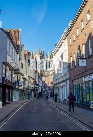 York, Yorkshire, Royaume-Uni, 01/02/2021 - UN pétergate tranquille à York avec peu de personnes dans la rue donnant sur York Minster.