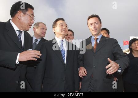 Le Premier ministre chinois Wen Jiabao visite le site Eurocopter du sud-est à Marignane, près de Marseille, le 6 décembre 2005. Photo de Gerald Holubowicz/ABACAPRESS.COM