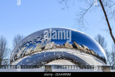 Horizon de la grande ville de Chicago en hiver sous un ciel bleu