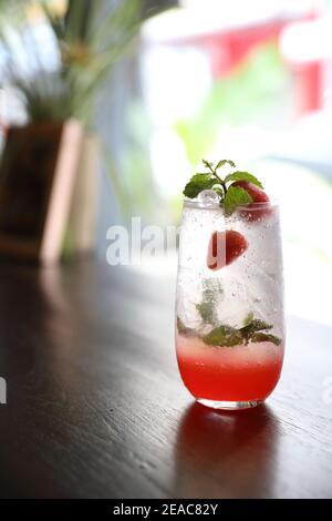 Cocktail de mojito aux fraises sur fond de bois