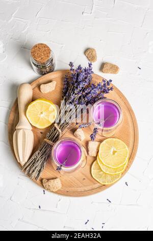 Limonade aux citrons et à la lavande. Une boisson rafraîchissante à faible teneur en alcool avec des fruits frais et un bouquet sec. Fond blanc, vue de dessus