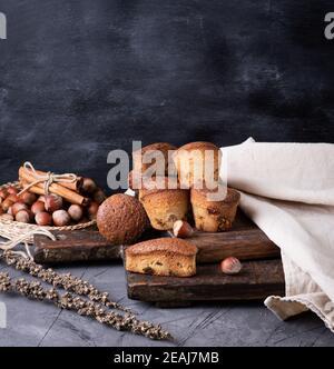 muffins cuits avec des fruits secs et des raisins secs sur un brun planche en bois