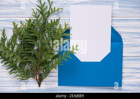 Carte de Noël vide, enveloppe avec modèle de lettre. Maquette pour les fêtes de fin d'année.