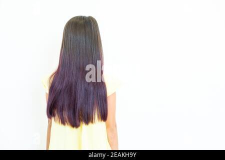 Couleur lilas pour des idées de coiffure tendance. Fille avec des cheveux teints sur fond clair Banque D'Images