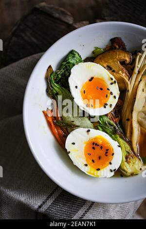 Bouillon shiitake avec légumes sautés et boulettes de jiaozi