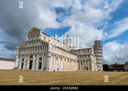 Piazza del Duomo avec cathédrale et tour penchée, site classé au patrimoine mondial de l'UNESCO, Pise, Toscane, Italie, Europe