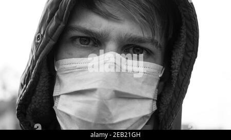 l'homme dans le masque médical est malade avec un coronavirus.éclosion d'infection virale covid-19.quarantaine épidémique pandémique