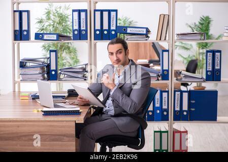 Jeune homme d'affaires sur le lieu de travail Banque D'Images