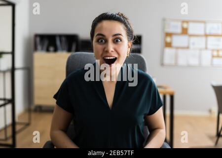 Une femme heureuse et excitée au bureau