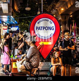 Touristes, acheteurs et vendeurs au Patong Nightbazar à Bangok, Thaïlande.