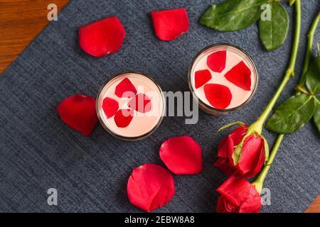 Lait de rose, Rose shake, Gulab Shake avec pétales de rose valentines indiennes boisson de jour avec coeur rouge fleurs de rose Kerala. Lait de fraise shake Banque D'Images