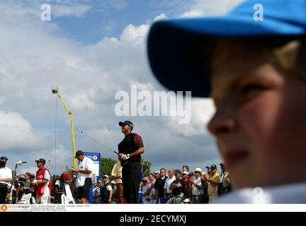 Golf - The Open Championship - Old course - St. Andrews - Écosse - 17/7/05 les fans regardent comme Tiger Woods - USA tees off crédit obligatoire: Action Images / Paul Childs