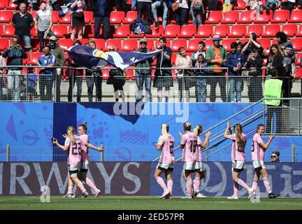 Football football - coupe du monde des femmes - Groupe D - Japon / Ecosse - Roazhon Park, Rennes, France - 14 juin 2019 les joueurs écossais applaudissent les fans après le match REUTERS/Lucy Nicholson