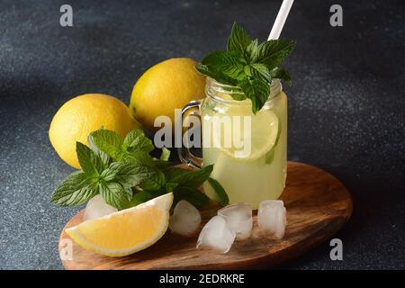 Limonade ou cocktail mojito avec citron et menthe, boisson fraîche d'été ou boisson avec glace