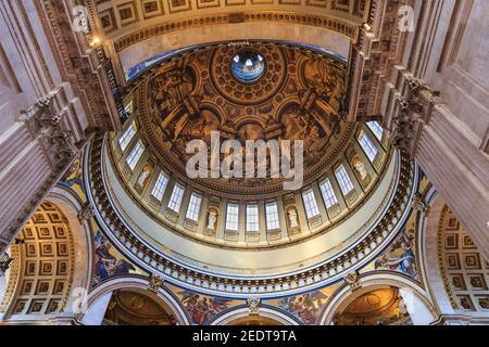 Intérieur de la cathédrale Saint-Paul, vue sur la décoration intérieure du plafond et les peintures de Sir James Thornhill, Londres, Angleterre