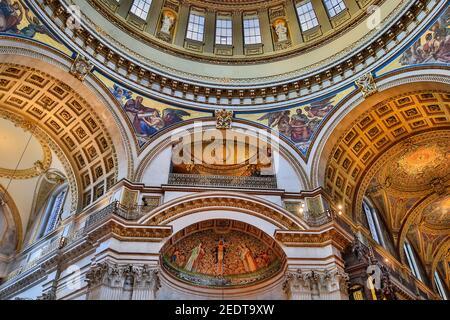 Intérieur de la cathédrale Saint-Paul, vue sur les sculptures de plafond peintes et les décorations dorées du dôme intérieur, Londres, Angleterre