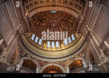 Intérieur de la cathédrale Saint-Paul, vue sur les peintures murales, peintures, mosaïques, décorations dorées, dôme intérieur, Londres, Angleterre