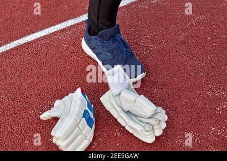 Des gants de cricket blancs sont restés sur le terrain pied