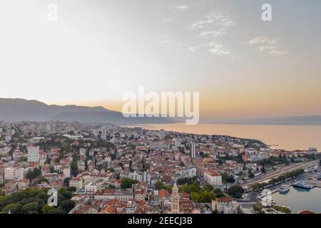Tir de drone aérien de la ville de Split à l'heure du lever du soleil avec Vue sur le mont Morso en Croatie
