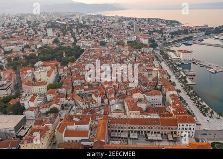 Drone aérien vue à l'ouest du palais de Dioclétien par riva Dans la vieille ville de Split en Croatie au lever du soleil