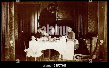 Carte d'archives de l'armoire photo de 4 générations de femmes à la maison assis à une table à manger vers 1890.