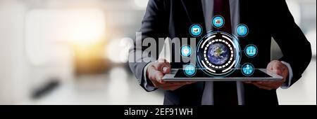 Concept de service de réseau d'entreprise et technologique, homme d'affaires en gros tenant une tablette avec application de technologie de connexion, servir les médias et digita