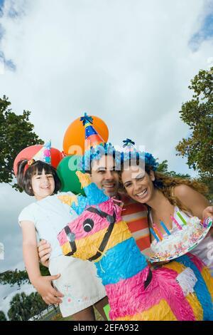 Portrait d'un couple adulte de taille moyenne célébrant l'anniversaire avec leur fille