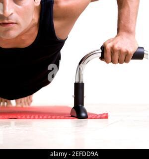Gros plan d'un homme adulte de taille moyenne qui fait des push-up