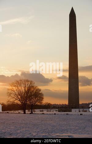 Silhouette d'un monument situé au crépuscule, le Monument de Washington, Washington DC, USA