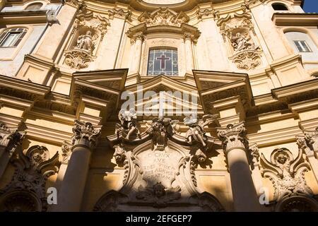 Vue à angle bas d'une église, Santa Maria Maddalena, Rome, Italie Banque D'Images